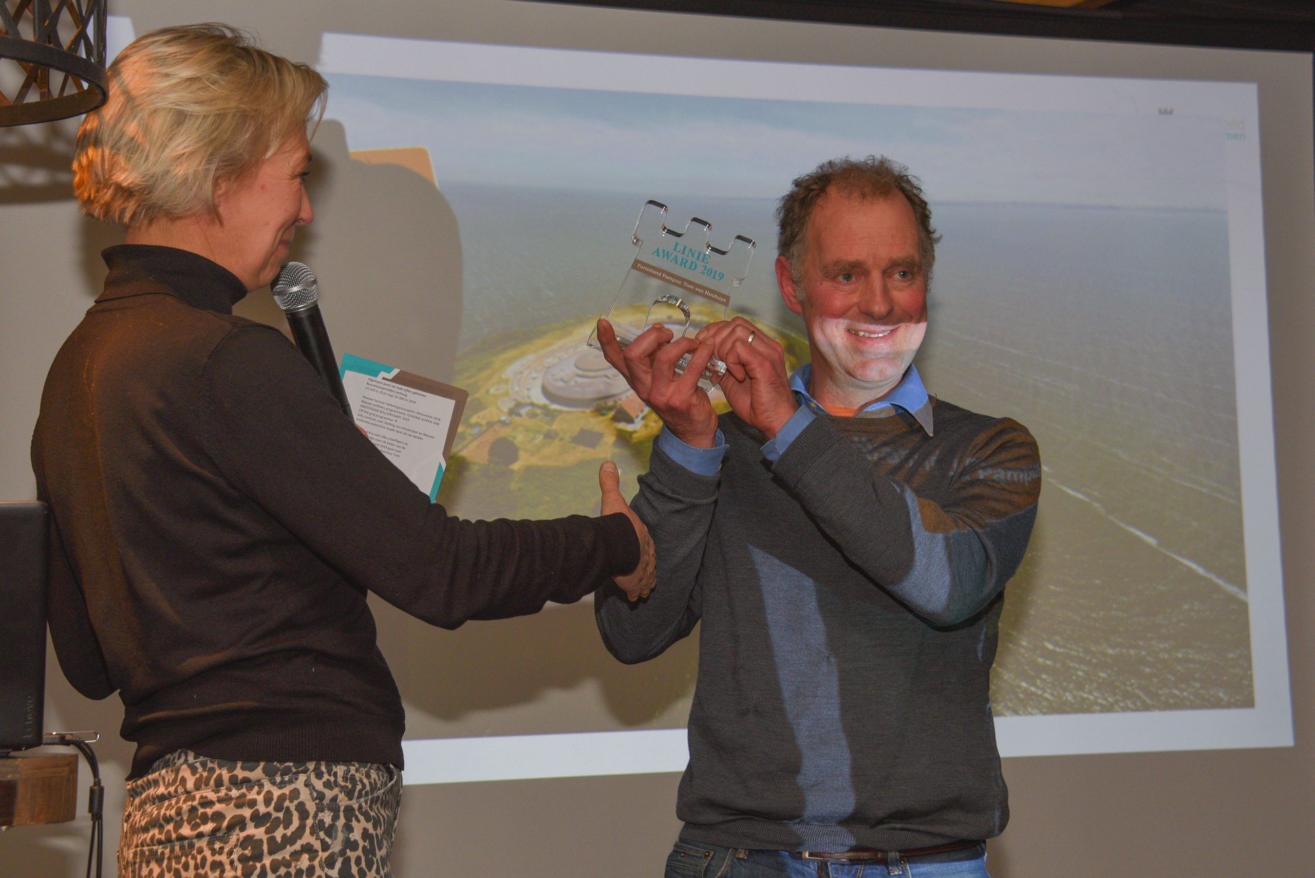 Diederik Bots van Pampus Events neemt namens Stichting Forteiland Pampus de Linie-Award 2019 in ontvangst. Juke van Niekerk van Stichting Liniebreed Ondernemen.