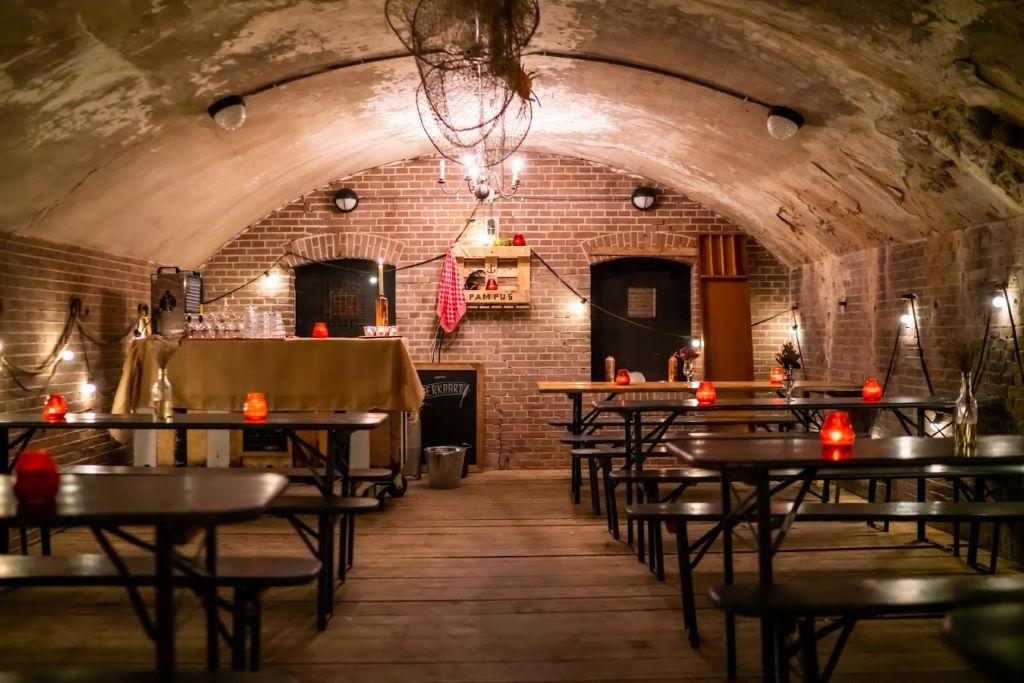 Winterlicht een pop-up restaurant op Forteiland Pampus met een fortruimte omgetoverd tot bruin cafe.