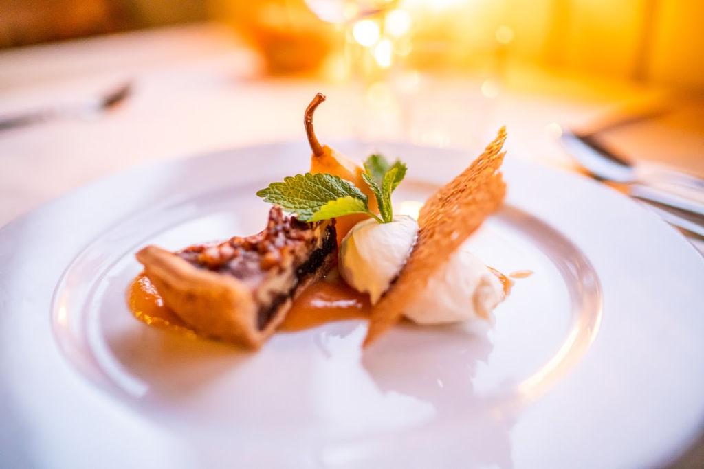 Winterlicht een pop-up restaurant op Forteiland Pampus met een heerlijk dessert op een wit bord.