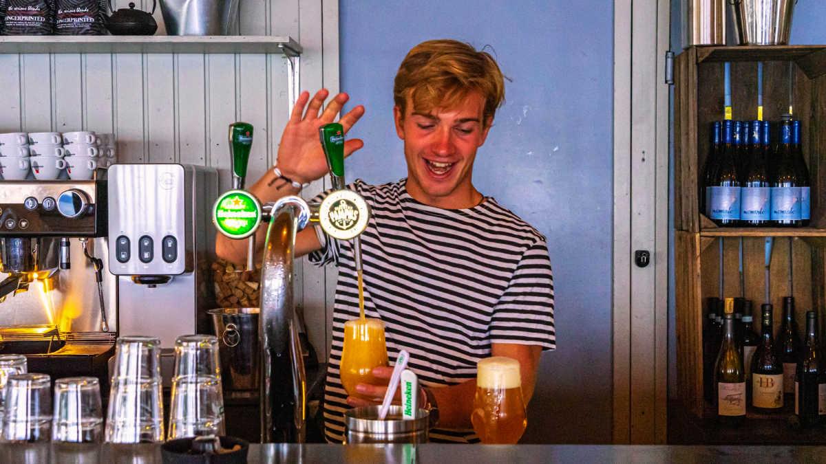 Eindeloos Pampus - barman in het paviljoen tapt een pampusbiertje
