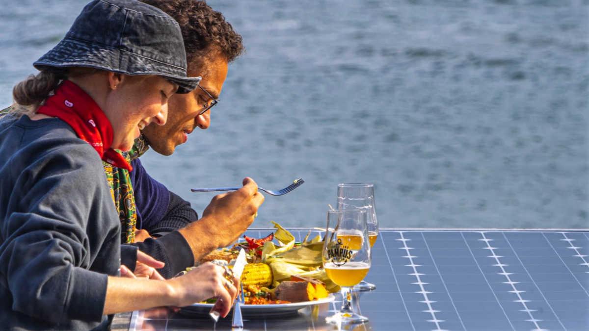 Eindeloos Pampus - stelletje zit aan tafel op het terras van het forteiland