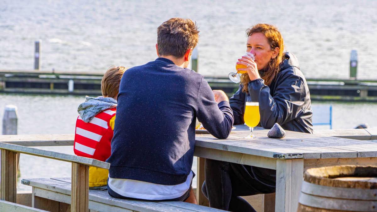 Eindeloos Pampus - gezin zit aan tafel op het terras van het forteiland