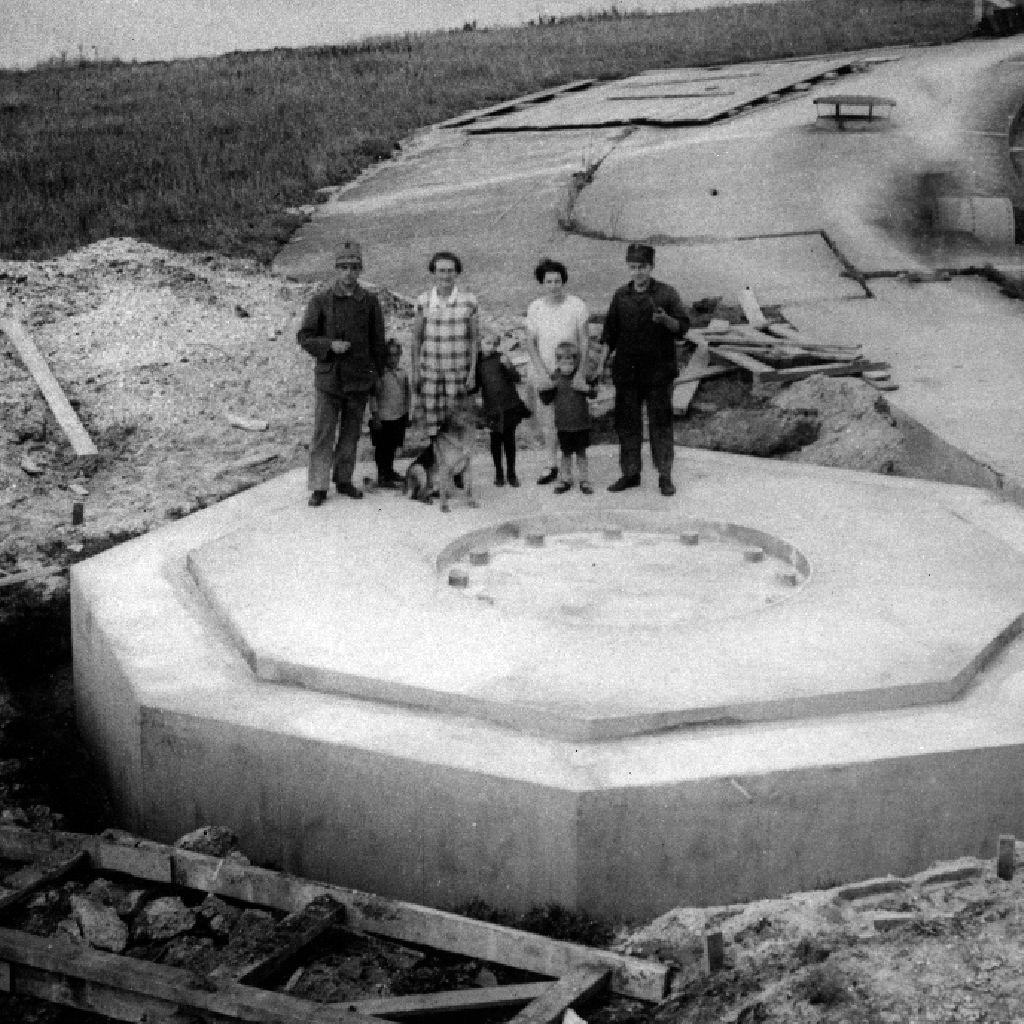 Forteiland Pampus historische foto met mensen op het fundering schietgeschut
