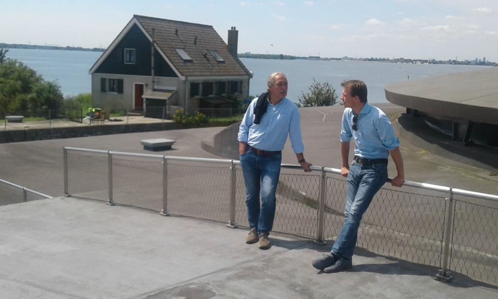 Pampus Pionier van het eerste uur Jan Geesink in gesprek met directeur Tom van Nouhuys op het dak van Fort Pampus op het forteiland. In de achtergrond staat het bunkerhuis.