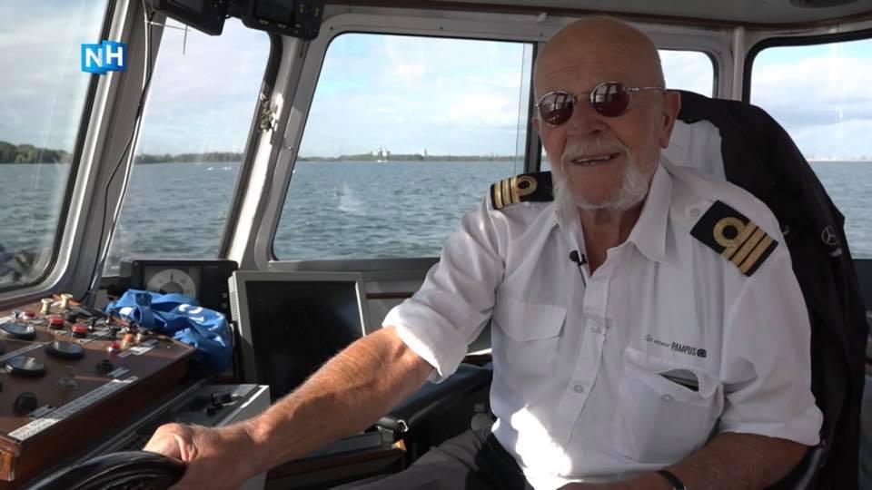 schipper Martin de Jong aan het stuur van veerboot Stern tussen Muiden en Pampus