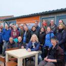 een groep vrijwilligers van de nationale vrijwilligersactie NLdoet op het terras van Forteiland Pampus