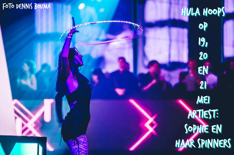 Sophie geeft samen met anderen te gekke hula hoops shows met lichtgevende hoepels tijdens Proef Pampus op forteiland Pampus