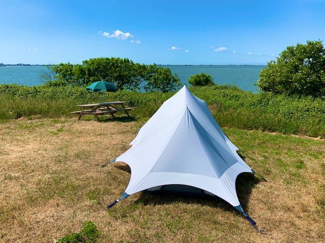 Tent op Forteiland Pampus met in de achtergrond het water van het IJmeer