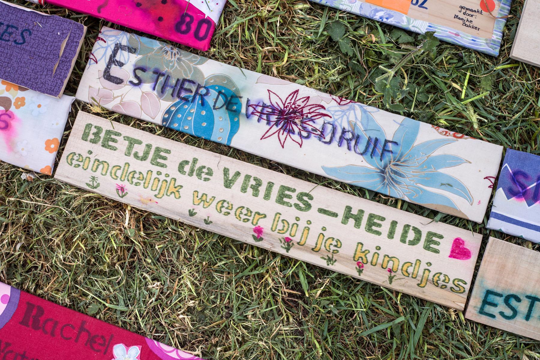 herdenkingsproject Namen en Nummers - bordjes in het gras van Forteiland Pampus