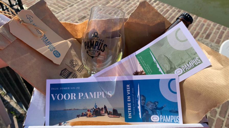 pampus ligt voor pampus pakket met onder andere pampusbier en bierglas en tegoedbonnen