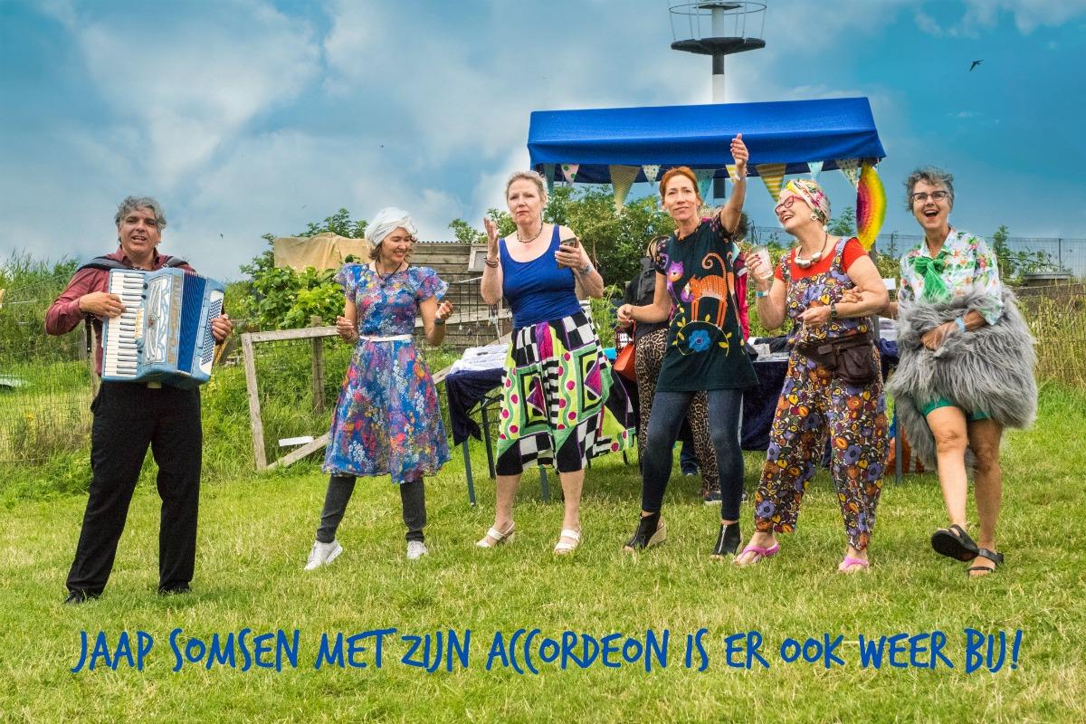 De Amsterdamse Accordeon speler Jaap Somsen speelt op Proef Pampus op forteiland Pampus