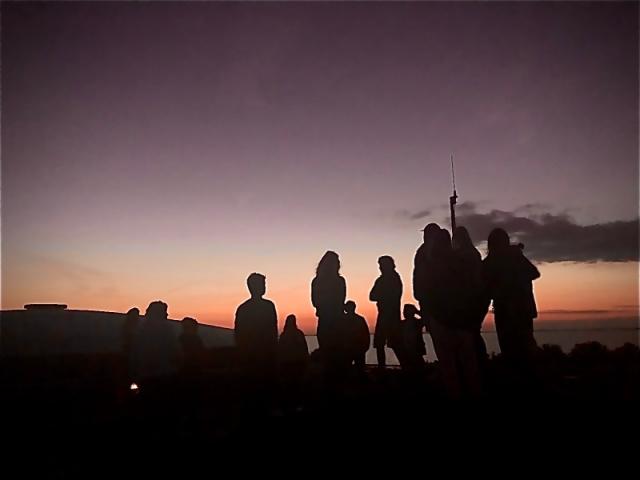 mensen op het fortdak op pampus in de nacht