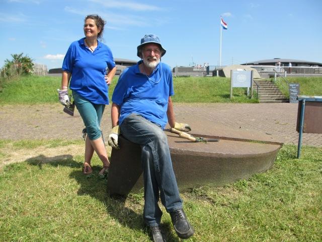 Pampus zoekt vrijwilligers, op de foto zie je er twee staan poserend voor het fort