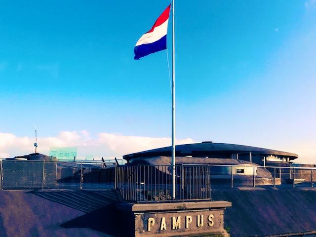 vlag in de mast op fort pampus
