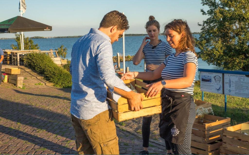 zomerlicht op pampus is heerlijk dineren op een onbewoond eiland